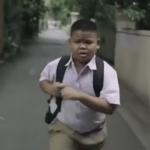 Lo que este niño hace por su madre te hará llorar