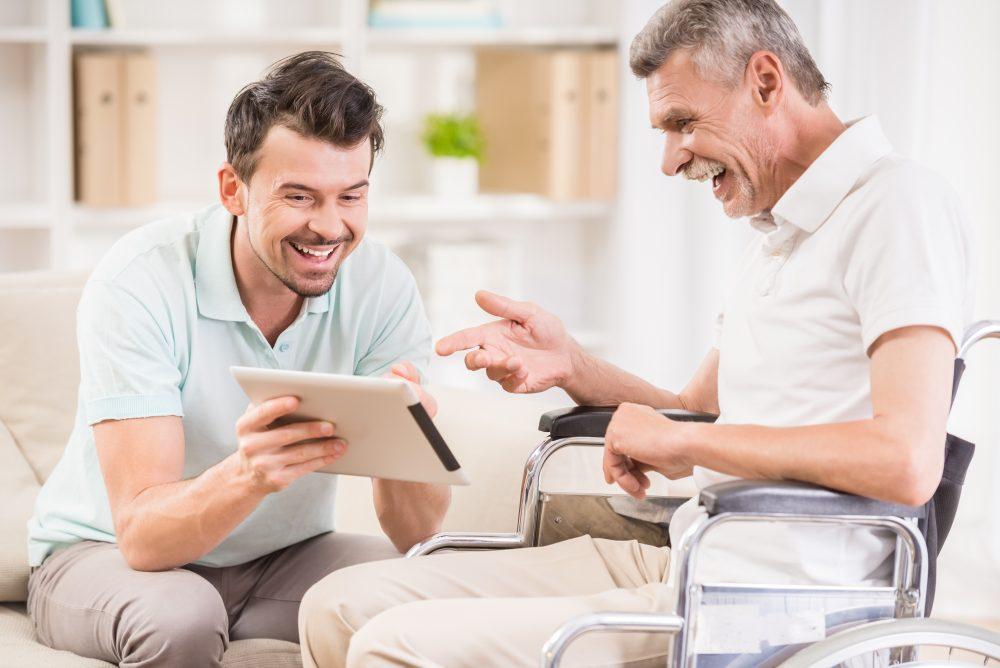 Hijo visita a su padre con Alzheimer