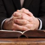 El sacerdote no aplica lo que dice