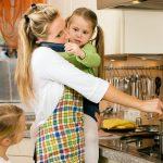 Generación sándwich: madres cuidadoras de sus hijos y sus padres enfermos