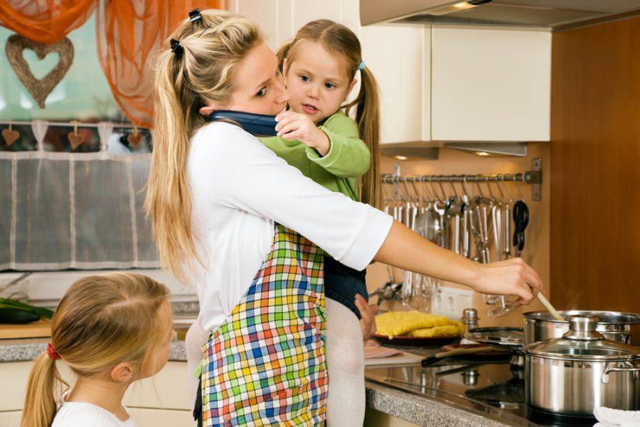 Madres cuidadoras de sus hijos y también de sus padres enfermos - Phrònesis  - elartedesabervivir.com - Nancy Castrillón