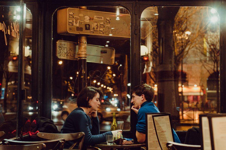 Preguntas que debes hacer para conocer a alguien en una primera cita