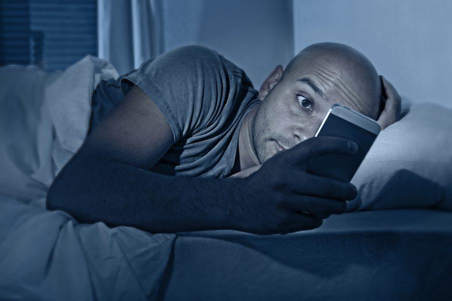 Mirar la pantalla de dispositivos electrónicos en la noche aumentaría el riesgo de cáncer