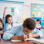 La decoración excesiva en las aulas disminuye la atención de los niños