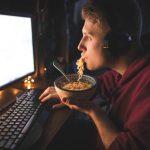 ¿Sabes cuáles son los riesgos de comer tarde o a deshoras?